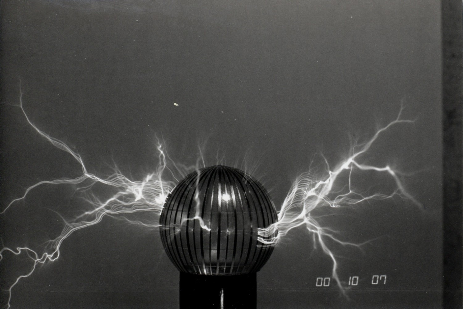 1989 capacitive discharge Tesla coil experimental top load